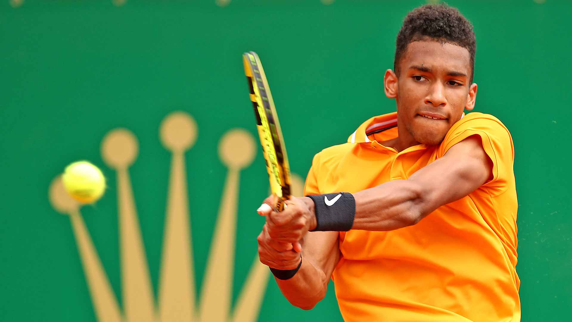Felix Auger-Aliassime hits a backhand in Monte-Carlo